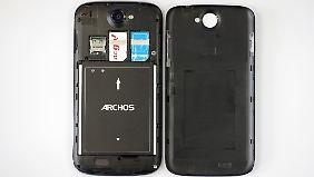 Unter dem Akku-Deckel gibt es Steckplätze für zwei SIM- und eine microSD-Karte.