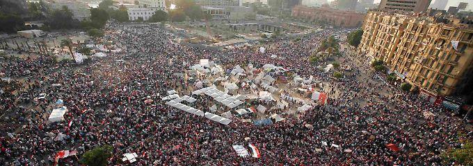 Auf dem Tahrir-Platz in Kairo feiern die Demonstranten die Ankündigung des Militärs.