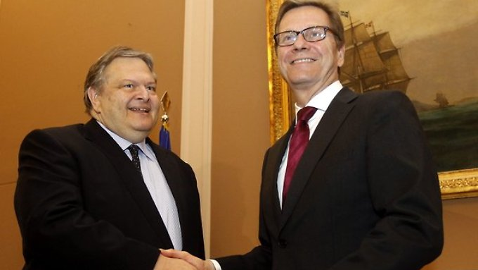 Westerwelle (r) spricht seinem griechischen Amtskollge Venizelos bei ihrem Treffen in Athen Mut zu.
