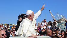 Es ist sein erster Auftritt als Papst außerhalb Roms. Franziskus besucht die Insel Lampedusa.