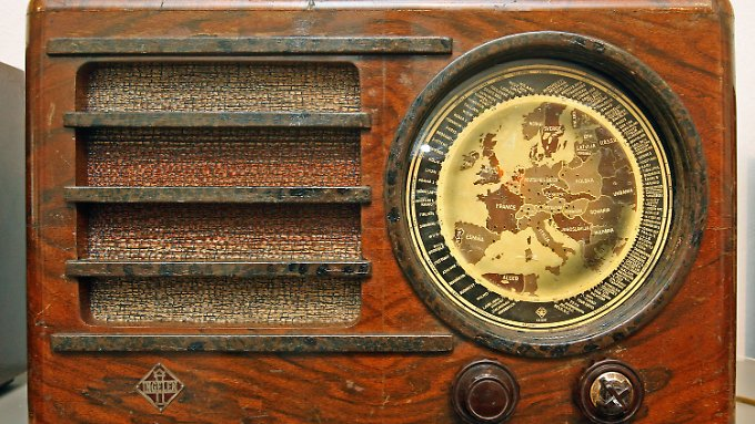 """Altes Medium, aber immer noch aktuell: Röhrenradio """"Ingelen Geographic"""" aus dem Jahr 1937 im Museum für Thüringer Volkskunde in Erfurt."""