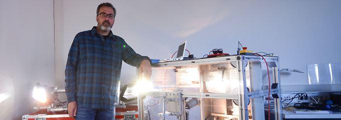 Informatik-Professor Franz Korf mit seinem Versuchsaufbau zur Anwendung von Ethernet-Kabeln in Autos.