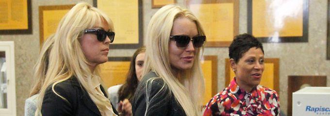 Damals noch einträchtig: Dina und Lindsay Lohan und ihre Anwältin im Jahr 2010. (v.l.n.r.)
