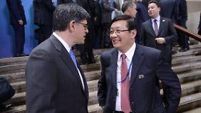 Finanzminister Lou Jiwei (r.) verkündete das Abrücken von der bisherigen Zielmarke.