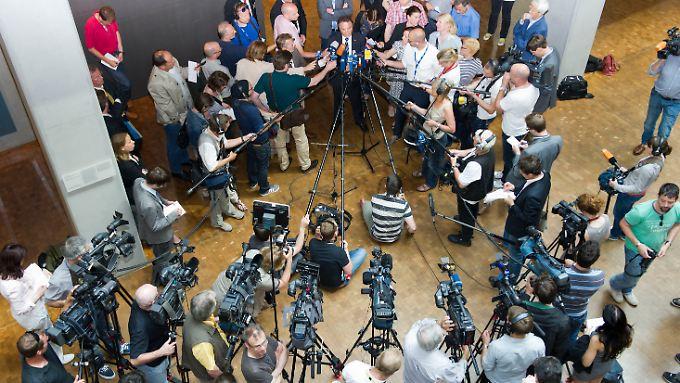 Innenminister Friedrich spricht nach der Sitzung des Kontrollgremiums mit Journalisten.