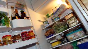 Sieben Grad sind normalerweise die ideale Temperatur im Kühlschrank. Wenn es draußen heißt ist, darf die Temperatur etwas heruntergeregelt, um Lebensmittel frisch zu halten.