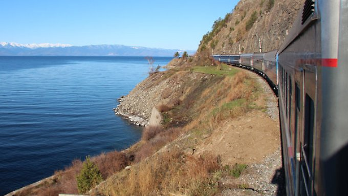 "Der Sonderzug ""Zarengold"" der Transsibirischen Eisenbahn passiert den Baikalsee."