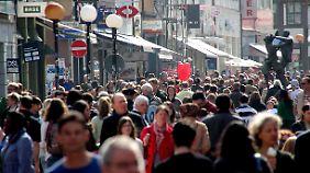 Die Deutschen sind krisenfest: Sparen wird auf später verschoben