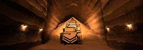 Tief unter dem Ural schaben Uralkali-Bergleute den Rohstoff für Düngemittel aus dem Fels.
