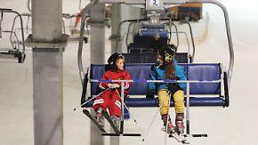 Alternative zum Schwimmen gehen: Hitzegeplagte erfrischen sich beim Skifahren in der Halle