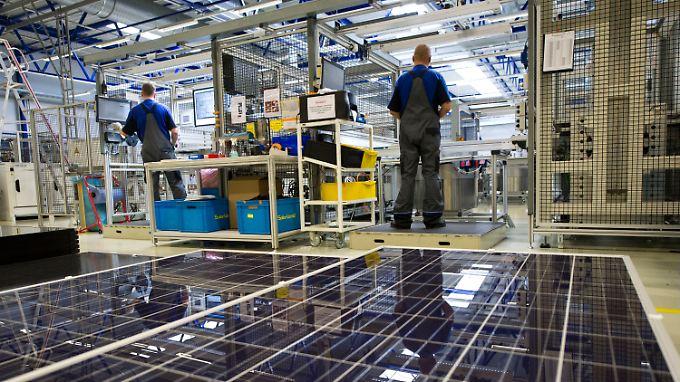 Zwei Mitarbeiter von Solarworld bei der Modulkontrolle im sächsischen Freiberg.