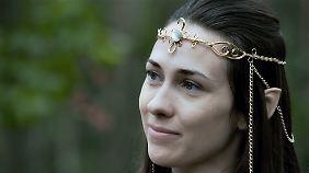 Elfenkönigin Lenora ist als Nicole ziemlich schüchtern.