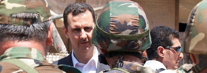 Assad beim Besuch seiner Truppen in der Nähe von Damaskus.