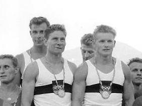 Auf dem Treppchen: die gesamtdeutsche Kanu-Staffel von Rom 1960.
