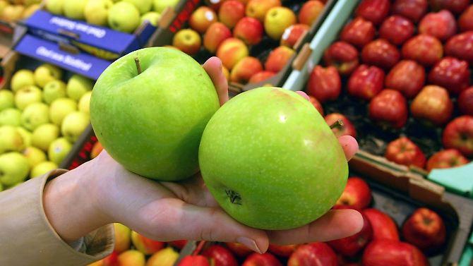 Ein Beispiel: Im Supermarkt kostet ein Kilo Äpfel jetzt meist um die 2 Euro. Im vorigen Jahr waren Äpfel noch etwa 20 Prozent günstiger – damals kostete das Kilo also nur 1,65 Euro.