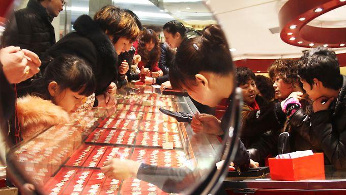 Schnäppchensucher in China: Die Nachfrage nach Gold ist dank der gesunkenen Preise im ersten Halbjahr um 54 Prozent auf 706 Tonnen gestiegen. Damit ist die Volksrepublik Indien als wichtigstes Abnehmerland dieses Jahr überholen.
