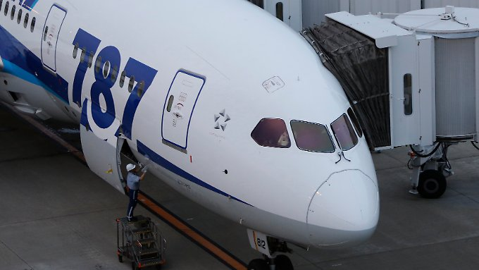 Bodenpersonal checkt am Gate einen Dreamliner der All Nippon Airways.