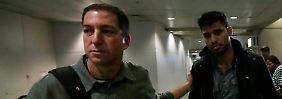 Greenwald (l.) hat seinen 28 Jahre alten Partner Miranda mittlerweile am Flughafen in Rio de Janeiro in Empfang nehmen können.