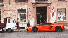 Auch Lamborghini hat einen neue Kampfmaschine am Start. Zwölf Zylinder und 6,5 Liter Hubraum hat der neue Motor des Avantadors und protzt mit 700 PS und 690 Newtonmeter.