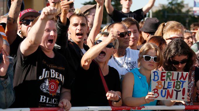 Linke Demonstranten stellen sich gegen die Hassbotschaften.