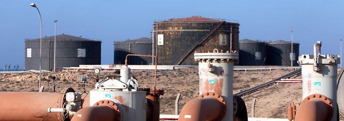 Von hier aus nach Europa: Im Rohöllager des Seehafens Hariga bei Tobruk zeugt der Farbanstrich vom Ausbauzustand der libyischen Anlagen.