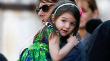 Suri Cruise auf dem Arm ihres Daddys. Sie wird schon jetzt als kleine Fashion-Ikone gehandelt.