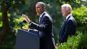 Obama lässt sich bei der Ansprache von seinem Vize Joe Biden flankieren.