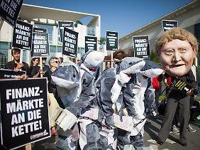 Im Juli 2012 fordern Demonstranten vor dem Kanzleramt die Einführung einer Finanztransaktionssteuer.