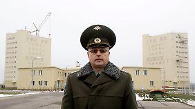 Ein russischer Offizier steht vor der Radarstation in Armawir, die den Raketenangriff bemerkt haben soll.
