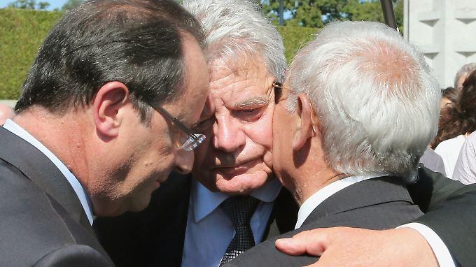 Arm in Arm. Hollande, Gauck und Robert Hébras, ein Überlebender des Massakers. Die Hinterbliebenen in Oradour hatten Jahrzehntelang jeden offiziellen Kontakt zu Deutschland abgelehnt.