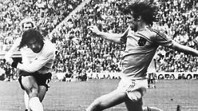 Gerd Müller schießt am 07.07.1974 aus der Drehung am niederländischen Abwehrspieler Ruud Krol vorbei und erzielt so den 2:1-Siegtreffer im WM-Finale 1974 in München.
