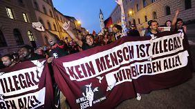 In München protestieren die Menschen gegen die Asylpolitik der Bundesregierung.