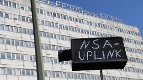 Überwachungsgegner machten ihrem Ärger über die NSA bei einer Demonstration in Berlin Luft.