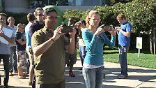 Das ist ein Screenshot aus einem Video, das Google bei der Einweihung der Android-4.4-Statue am 2. September gedreht hat. Der Mann vorne links hält ein Nexus-Smartphone, das wie keines der bekannten Modelle aussieht.