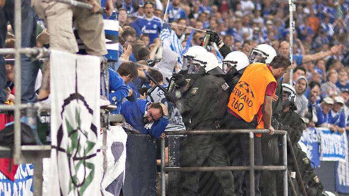 Der Stein des Anstoßes: Die Polizei versucht beim Spiel gegen Saloniki, eine Fahne aus dem Schalker Block zu entfernen.