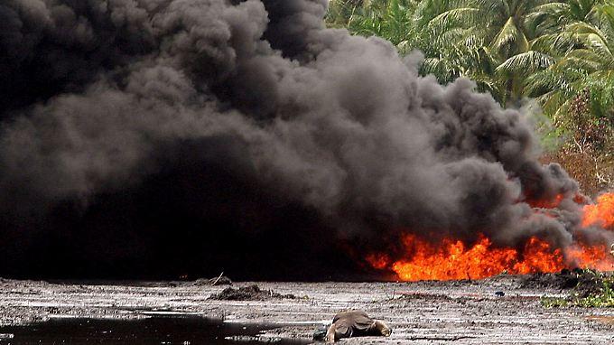 Eine brennende Pipeline im Jahr 2004. Im Nigerdelta sind neben Shell auch Chevron, ExxonMobil und Total an der Ölförderung beteiligt.