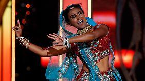 Sie steht zu ihrer Abstammung: Beim Wettbewerb zeigt Davuluri einen indischen Tanz.