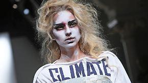 Politisches auf der Fashion Week: Westwood-Show mal wieder Aufsehen erregend anders