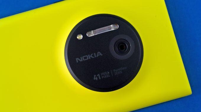 Das Lumia 1020 hat auf der Rückseite eine riesige 41-Megapixel-Kamera mit Xenon-Blitz.