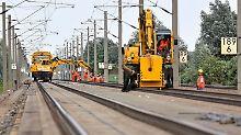 Gleisbauer arbeiten im Juli an der  ICE-Strecke bei Schönhausen (Sachsen-Anhalt).