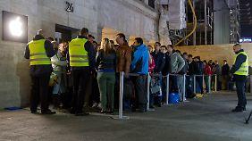 Auch vor dem Berliner Apple Store warteten rund 300 Menschen geduldig auf den Verkaufsstart.