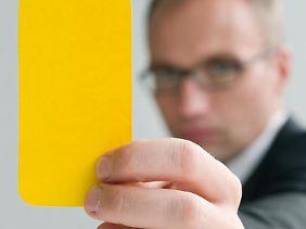 Gelbe Karte vom Anwalt:Eine Abmahnung wegen illegaler Downloads müssen Empfänger auf jeden Fall ernst nehmen.