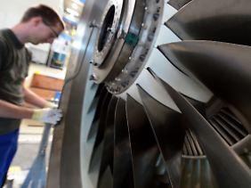 Mensch und Maschine: Bei MTU Maintenance in Hannover prüft ein Techniker den Lauf eines Flugzeugtriebwerks.