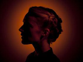 """Agnes Obel auf dem Cover ihres neuen Albums """"Aventine"""": bezopft, dunkel, geheimnisvoll."""