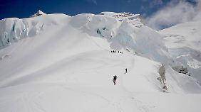 Hier befindet sich die Expeditionsgruppe kurz vor Lager II. Mit jedem Kilometer muss man mehr Kraft und Willen aufwenden.