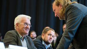 Winfried Kretschmann im Gespräch mit Anton Hofreiter, der Fraktionschef werden soll.