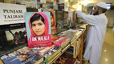 """Nun erzählt Malala ihre Geschichte wieder und wieder und macht damit darauf aufmerksam, dass Millionen von Kindern das Recht auf Bildung verwehrt wird. Der Preis käme ihr gelegen, gerade bewirbt sie ihr Buch """"Ich bin Malala"""". Darin schreibt sie: """"Ein Kind, ein Lehrer, ein Buch und ein Stift können die Welt verändern."""""""