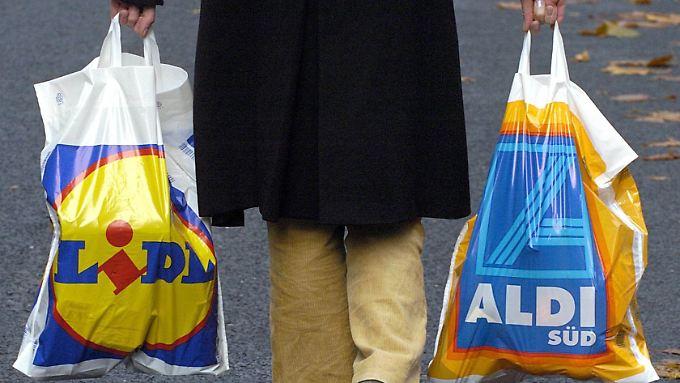 Kunden zahlen in Discountern vier Prozent mehr für ihren Einkauf als noch vor einem Jahr.