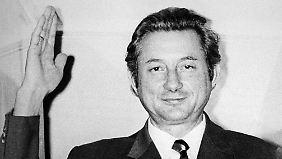 Theo Albrecht winkt am 17. Dezember 1971 am Fenster seiner Essener Villa den Fotografen und Kameraleuten zu.