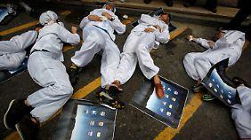Schon 2011 demonstrieren chinesische Studenten gegen die unmenschlichen Arbeitsbedingungen bei Foxconn.